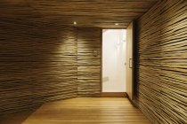 Entrada de madera con iluminación interior - foto de stock