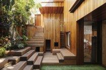 Gradini in legno e cortile — Foto stock