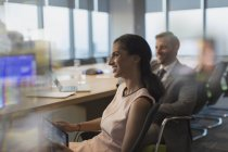 Sorrindo a empresária com tablet digital em reunião numa sala de conferência — Fotografia de Stock