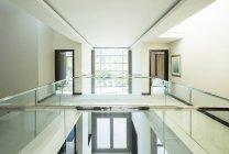 Moderne balcon et foyer ouvert dans la maison de luxe — Photo de stock