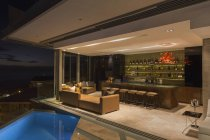 Barra de luxo mostra casa aberta para o pátio da piscina — Fotografia de Stock