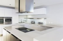 Современный, минималистический белого дома витрина кухня — стоковое фото