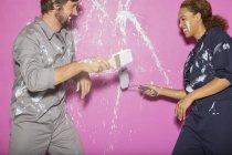 Paar spielt gemeinsam mit Farbe — Stockfoto