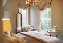 Interior de dormitorio de lujo durante el día - foto de stock