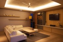 Soffitto del cassetto illuminato sopra home Vetrina soggiorno — Foto stock