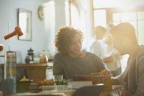 Jeunes hommes étudiants de collège étudiant à la table à manger ensoleillée — Photo de stock