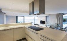 Главная Витрина кухня белый роскошный современный, минималистический — стоковое фото