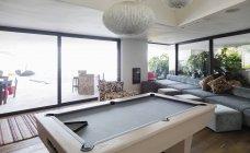 Table de billard dans un habitacle de maison vitrine — Photo de stock