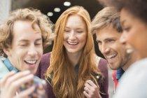 Amigos de jovens felizes rindo juntos ao ar livre — Fotografia de Stock