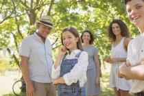 Feliz familia caucásica disfrutando al aire libre junto - foto de stock