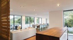 Современные, роскошные дома витрина интерьер кухни, гостиной и столовой открытой планировки — стоковое фото