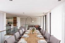 Modernes, luxuriöses Haus präsentiert Interieur-Esszimmer mit Tischdekoration auf dem Esstisch — Stockfoto
