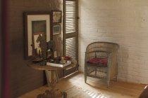 Тумбочка і прикраси в сільський спальні — стокове фото
