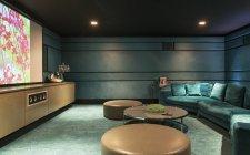 Диван і таблиць в домашній кінотеатр — стокове фото