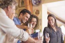 Man gießt Getränke an Familienmitglieder — Stockfoto