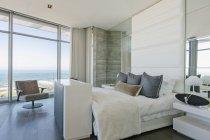 Quarto de luxo vitrine casa moderna com vista para o mar — Fotografia de Stock