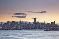 New York City Skyline im Morgengrauen, New York, Vereinigte Staaten — Stockfoto