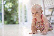 Bébé fille rampant sur le sol — Photo de stock