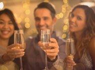 Портрет друзьями поджаривания флейты шампанского — стоковое фото