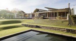 Sonniger Hof und Haus mit Schwimmbad — Stockfoto