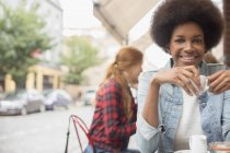 Frau trinkt Kaffee im Straßencafe — Stockfoto