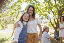 Mother and daughter hugging at family picnic — Stock Photo
