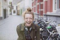 Портрет ентузіазму, сміючись молода жінка з навушниками на місто вулиці — стокове фото