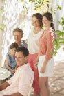 Feliz família moderna em torno mesa ao ar livre — Fotografia de Stock