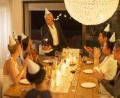 Человек, обслуживающих день рождения торт на вечеринке — стоковое фото
