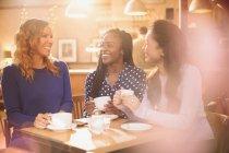 Freundinnen Kaffee trinken und Reden am Café-Tisch — Stockfoto