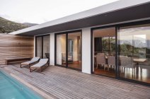 Patio exterior moderno, de lujo Casa escaparate - foto de stock