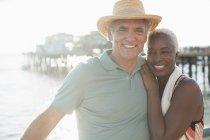 Portrait de l'heureux couple de personnes âgées sur la plage — Photo de stock