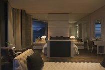 Quarto casa vitrine de luxo iluminado à noite — Fotografia de Stock