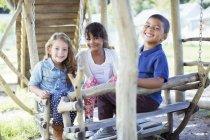 Kinder spielen am spielen Struktur — Stockfoto