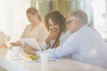 Деловых людей с цифровой планшетный встречи в офисе — стоковое фото