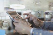 Gros plan d'affaires à l'aide de calculatrice grand bureau — Photo de stock