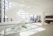 Спиральная лестница в современном здании — стоковое фото