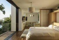 Sonnige moderne Schlafzimmer tagsüber — Stockfoto