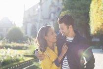 Giovani coppie che abbracciano nel parco urbano — Foto stock