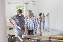Famille de travailler ensemble dans l'espace de vie — Photo de stock