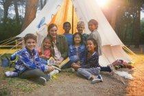 Studenti e insegnanti sorridenti al campeggio — Foto stock