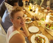 Женщина улыбается на дне рождения — стоковое фото
