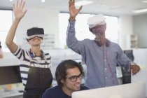 Programmatori di computer test simulatori di realtà virtuale in ufficio — Foto stock