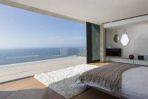 Современная спальня с видом на океан — стоковое фото