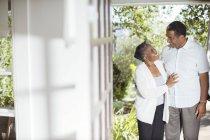 Casal sênior abraçando no pátio — Fotografia de Stock