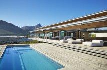 Современный роскошный отель бассейн под солнечный голубое небо — стоковое фото