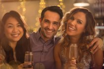 Портрет, улыбка друзей пить шампанское — стоковое фото