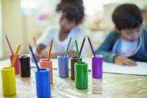 Crayons de couleur sur le bureau en classe — Photo de stock