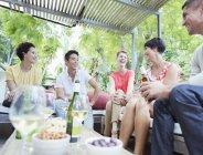 Друзі говорили на вечірці — стокове фото