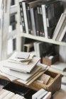 Гранитные образцы на столе в дизайнерском офисе — стоковое фото
